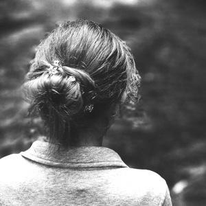 Una mujer anónima de espaldas