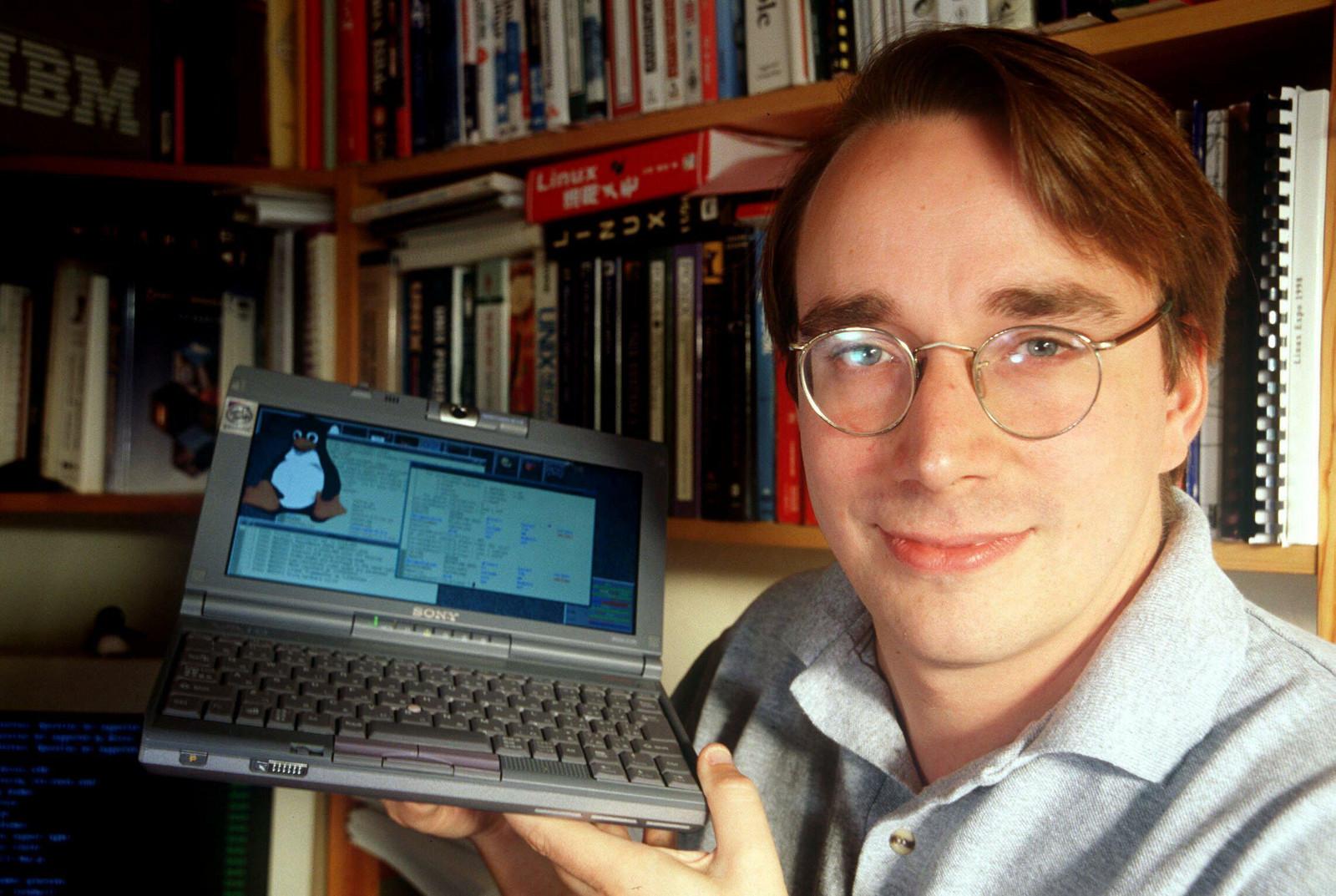 En 1992, Linus Torvalds utilizó esa GNU GPL para licenciar el Kernel Linux.