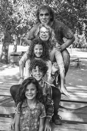 Los 4 miembros de la familia posan en el jardín