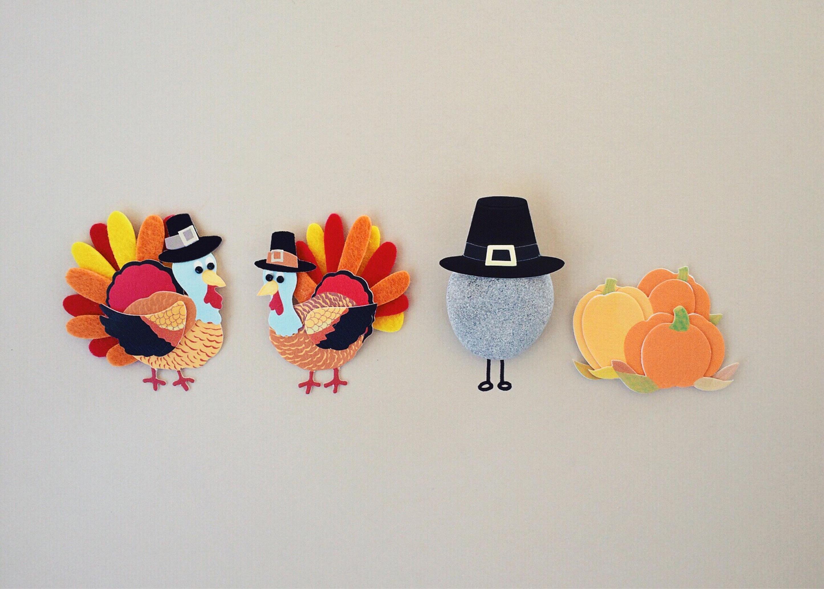 Broches con motivos típicos del día de Acción de gracias en Estados Unidos: dos pavos y una roca con sombreros de peregrinos, y unas calabazas