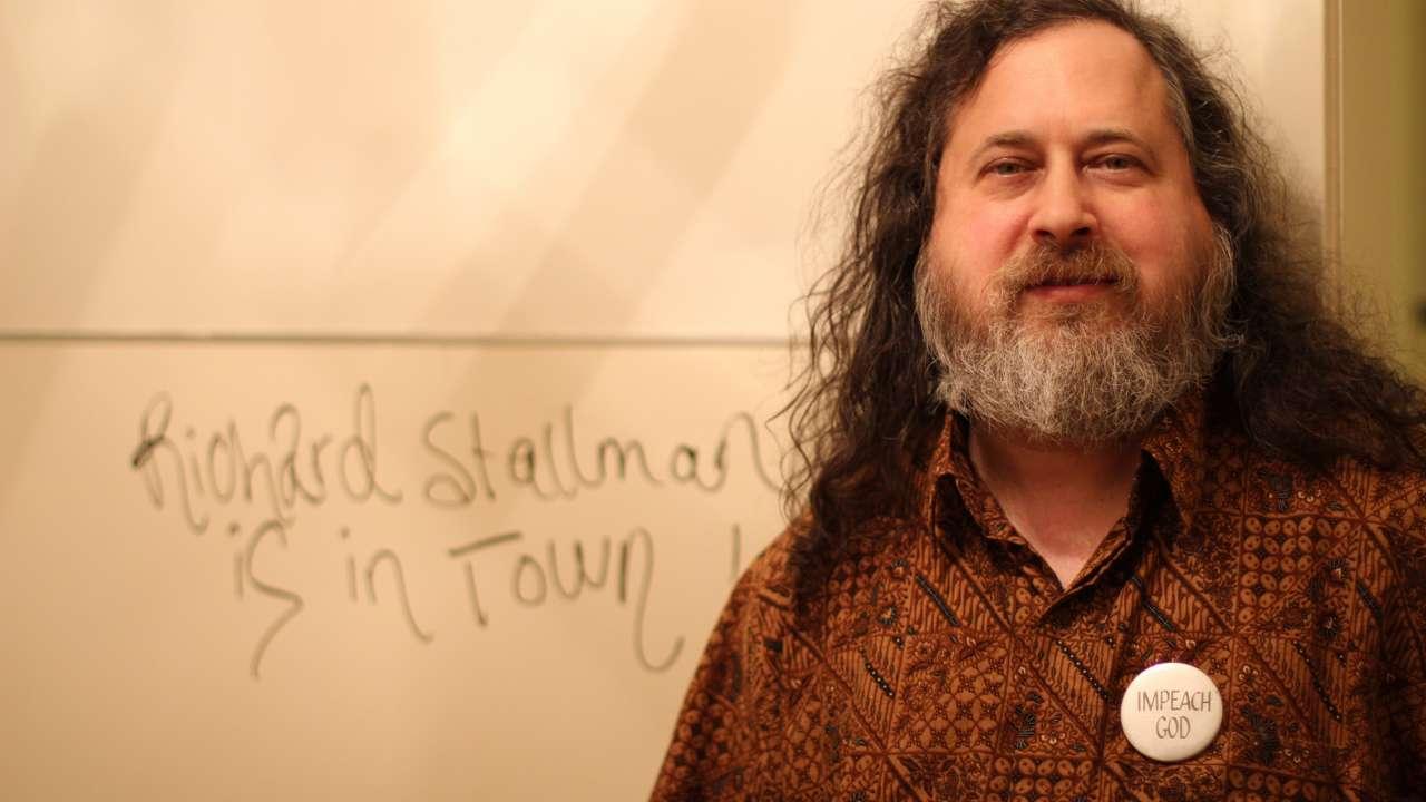 Fue pionero creando el concepto copyleft, y creando las licencias  GNU General Public License para el uso del software libre.